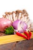Italienische Teigwaren- und Pilzsoßenbestandteile Stockbild