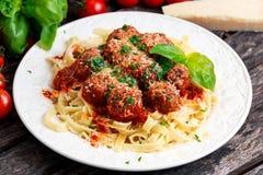 Italienische Teigwarenspaghettis mit Fleischklöschen in der Tomatensauce Lizenzfreie Stockfotografie
