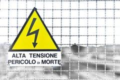 Italienische Text-Dreieck-Gelb-Metallschildzugablagerung in Italien e Stockfoto