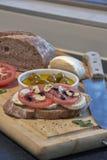 Italienische Tomaten und Knoblauch mit Mozzarella und Oliven lizenzfreies stockbild