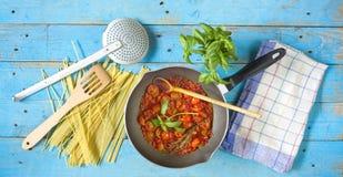 Italienische tomatoe Soße mit Spaghettis Stockfotografie
