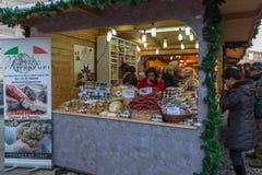 Italienische traditionelle Nahrungsmittel bei einem Straße Weihnachtsmarkt in tun Stockfoto