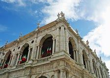 Italienische tricolor Markierungsfahnen auf Bildschirmanzeige in Vicenza Stockbilder