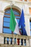 Italienische und europäische Flagge - Balkon in Venedig Stockfotografie