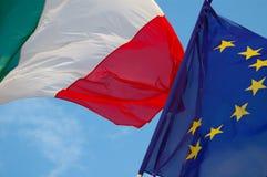 Italienische und europäische Markierungsfahnen Stockbild