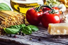 Italienische und Mittelmeerlebensmittelinhaltsstoffe auf altem hölzernem Hintergrund Lizenzfreies Stockbild