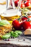 Italienische und Mittelmeerlebensmittelinhaltsstoffe auf altem hölzernem Hintergrund Stockfoto