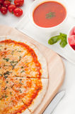 Italienische ursprüngliche dünne Krustepizza Lizenzfreie Stockfotografie
