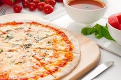 Italienische ursprüngliche dünne Krustepizza Stockfotografie