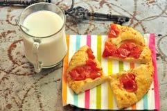 Italienische vegetarische Pizza und Milch in Italien Stockbild