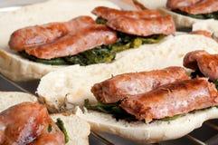 Italienische Würste mit gebratenem Brokkoli und Sandwich Lizenzfreie Stockfotografie