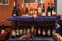 Italienische Weinflaschen auf Anzeige an Stückchen 2014, internationaler Tourismusaustausch in Mailand, Italien Stockfotos
