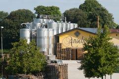 Italienische Weinkellerei mit modernen Aluminiumfässern, in der Traubensaft ist Lizenzfreies Stockfoto