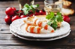 Italienischer Antipasto mit shripms und Weißwein Stockfotos