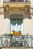 Italienischer Balkon der schönen Weinlese mit Blumen Lizenzfreie Stockfotografie
