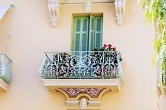 Italienischer Balkon der schönen Weinlese mit Topfblumen Stockfotos
