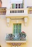 Italienischer Balkon der schönen Weinlese mit Topfblumen Lizenzfreie Stockfotografie