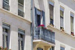 Italienischer Balkon der schönen Weinlese mit Topfblumen Lizenzfreies Stockfoto