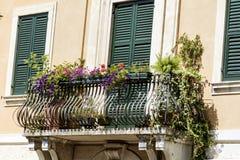Italienischer Balkon der schönen Weinlese mit Topfblumen Stockfoto