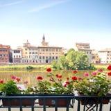 Italienischer Balkon mit Blumen Lizenzfreie Stockfotos