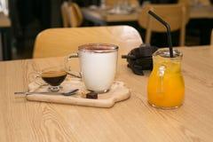 Italienischer Café Latte, mit frischem Orangensaft Stockfotografie