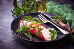 Italienischer caprese Salat mit Mozzarella, Tomaten und Basilikum Stockfotos