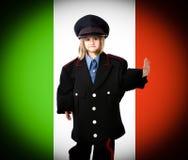 Italienischer Carabiniere mit Italien-Markierungsfahne Stockfotos