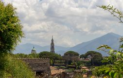 Italienischer Dorfmarkstein und -landschaft Alte italienische Kirche gegen Berge Lizenzfreie Stockfotografie