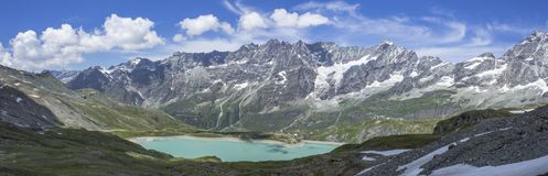 Italienischer Gebirgssee unter Testa Grigia Lizenzfreie Stockbilder