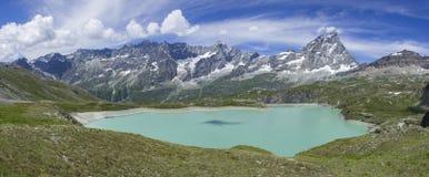 Italienischer Gebirgssee unter Testa Grigia Lizenzfreie Stockfotos