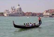 Italienischer Gondoliere und Touristen Stockbild
