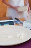 Italienischer Käsegeschmack am lokalen Markt lizenzfreie stockfotos