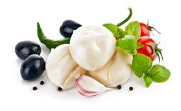 Italienischer Käsemozzarella mit Tomatenolive und -basilikum Lizenzfreie Stockbilder