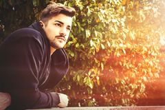 Italienischer Mann der hübschen jungen Harmonie - romantische Aufwartung stockfotografie