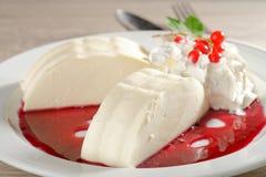 Italienischer Nachtisch Panna-Cotta mit roter Johannisbeere Stockfotografie