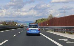 Italienischer Polizeiwagen, der auf der Autobahn patrouilliert Lizenzfreies Stockbild