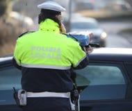 Italienischer Polizist mit dem Text POLIZIA SCHAUPLATZ der Durchschnitte lokal Lizenzfreies Stockbild