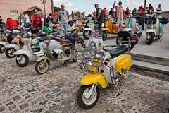 Italienischer Roller Lambretta der Weinlese besonders angefertigt in britischer Umb.-Art lizenzfreie stockbilder