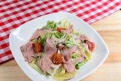 Italienischer Salat mit Vitello Tonnato Lizenzfreie Stockfotografie