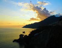 Italienischer Sonnenuntergang, Amalfi-Küste, Meer, Felsen lizenzfreies stockbild