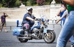Italienischer Spindelpolizist auf Motorrädern Schöne alte Fenster in Rom (Italien) Stockbilder