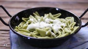 Italienischer Teigwarenstrenger vegetarier mit Pflanzencreme stock video footage