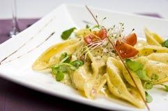 Italienischer Teller - conchiglioni Stockfotos