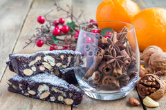 Italienischer Weihnachtsnachtisch Panforte mit den nuts und kandierten Früchten Stockfotografie