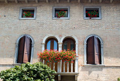 Italienisches altes Haus mit Balkonen Lizenzfreies Stockfoto