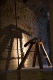 Italienisches altes Verteidigungsgewehr in der Steinfestung Stockfoto