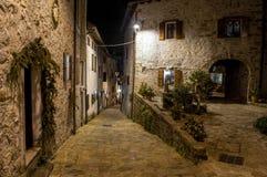 Italienisches Bergdorf von Steinhäusern nachts stockbilder