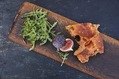 Italienisches Brot mit Feigen und Oliven stockbilder