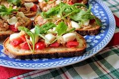 Italienisches bruschetta auf einer Verzierungsplatte Stockfotos