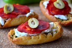 Italienisches bruschetta Brot mit Salami und Mozzarella auf einer Platte Stockfoto